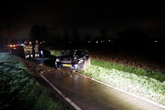 Op de Hapseweg Gennep is een automobilist van de weg geraakt