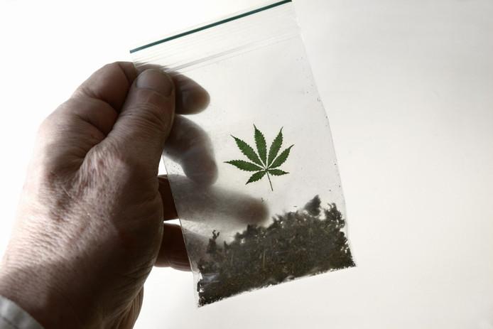 De man is aangehouden op verdenking van drugshandel.