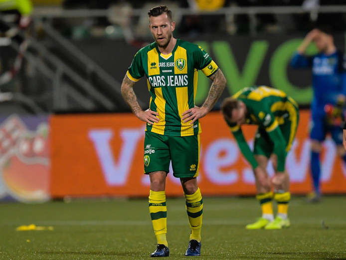 John Goossens uit zijn teleurstelling tijdens het duel met PSV. Hij werd aanvoerder, nadat trainer Alan Pardew Aaron Meijers en Lex Immers passeerde.