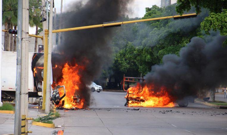 Diverse voertuigen gingen donderdag in vlammen op. Beeld AFP
