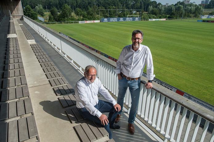 Jeka-voorzitter Philip Bos (rechts) en penningmeester Mark Haagh op de tribune bij het hoofdveld dat er deze zomer uit gaat en plaats maakt voor een kunstgrasveld.