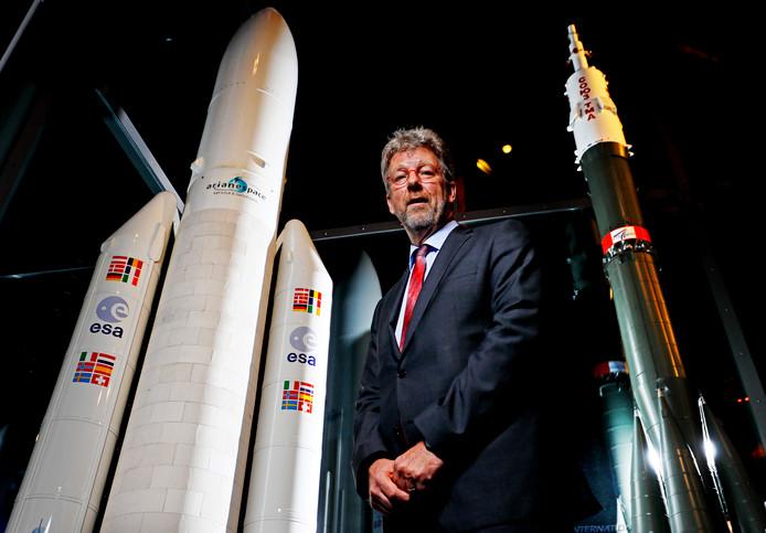 Paul Verhoef is bij ESA directeur van het Galileo satellietprogramma. Hier poseert hij in Noordwijk bij schaalmodellen van de Ariane 5 (links) en de Soyuz (rechts), die satellieten voor Galileo omhoog brengen.