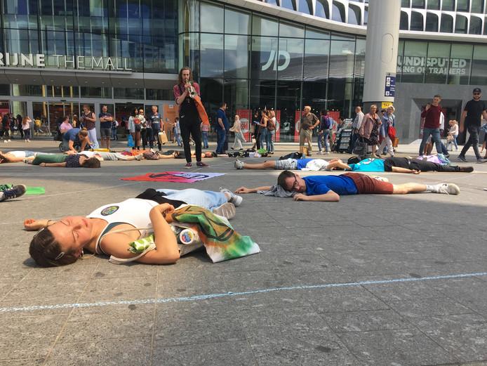 Actievoerders houden zich voor dood onder het bollendak.