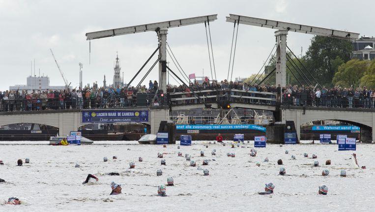 Zwemmers tijdens de Amsterdam City Swim Beeld ap
