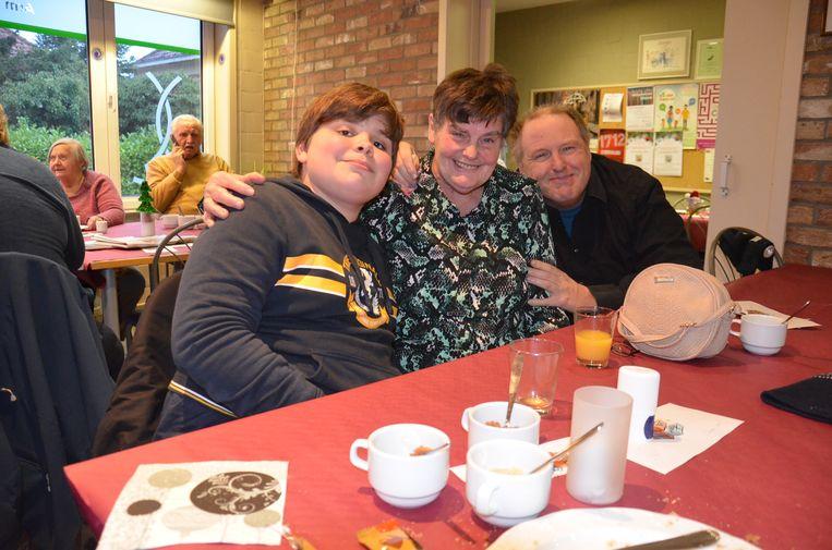 Marcella Bulterijs met haar kleinzoon Simon Pieters en een vriend tijdens de kerstbabbel bij Teledienst Ninove.
