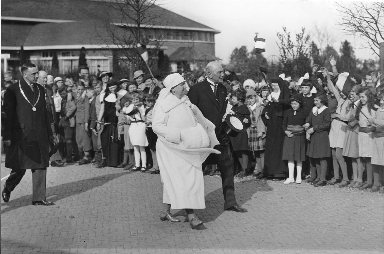 De toenmalige koningin Wilhelmina bezoekt de bloemententoonstelling van Flora in Boskoop in 1935. Daar vond destijds een van de grootste bloemententoonstellingen plaats.