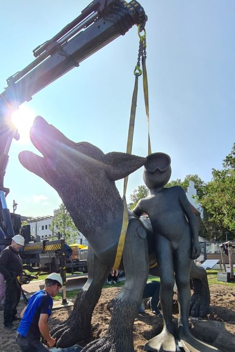 Duizenden kilo's brons en metershoog: tweede kunstwerk staat op vernieuwde Waalkade