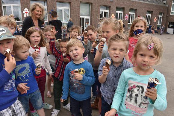 De 230 leerlingen werden gisteren getrakteerd op ijsjes.