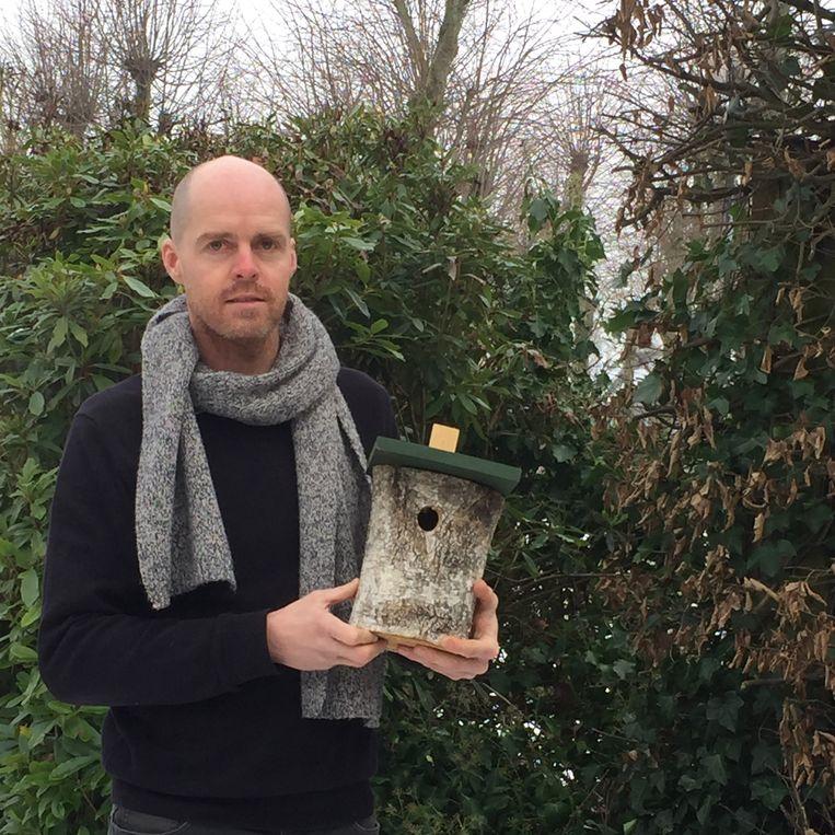 Schepen Tom Ruts toont het type nestkastje dat de gemeente zal verdelen.