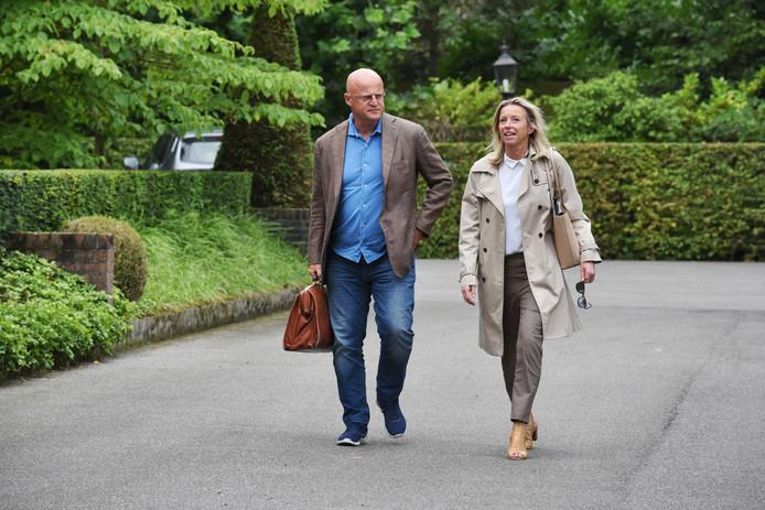 Ministers Ollongren (rechts) en Grapperhaus arriveren gezamenlijk bij Bos en Ven.