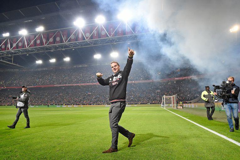 Frank de Boer neemt afscheid van het publiek in de Arena. Beeld Guus Dubbelman / de Volkskrant