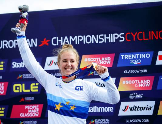 Laura Smulders in het kampioenshirt van de Europees kampioen.
