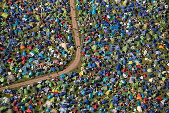 Cette vue aérienne pendant le festival de Glastonbury montre le camping bien rempli du site.