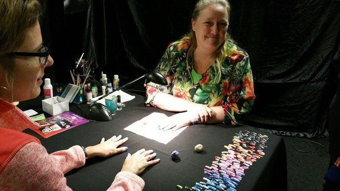 Jessy Steenbekkers heeft zojuist nagels met Airbrush bewerkt.