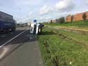 Auto in de berm langs de A73 bij Beuningen