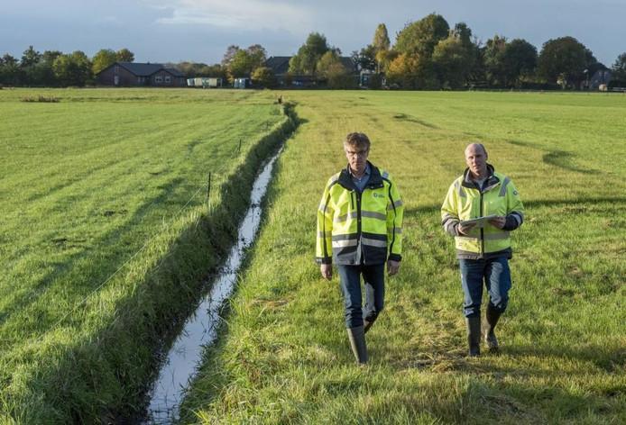 Bertus Ruitenberg en heemraad Dirk-Siert Schoonman gaan het veld in om de sloten op onderhoud te controleren.