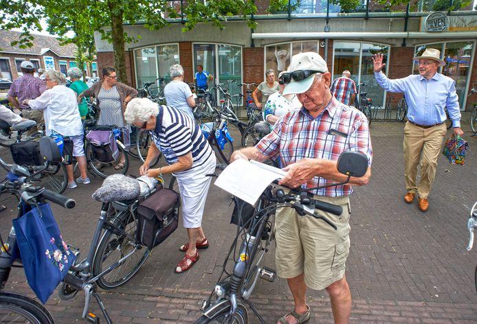 Foto uit een van de voorgaande jaren: burgemeester Pierre Bos zwaait bij Nia Domo een aantal deelnemers aan de Boekelse fietsdriedaagse uit.