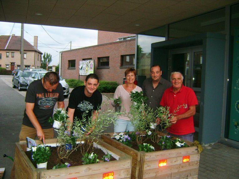 De plaatselijke socialisten laten hun groene vingers zien om de bloembakken aan basisschool Tilia in Melsbroek te vullen.