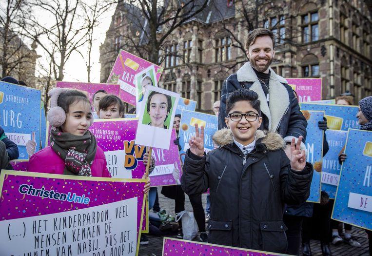 Samen met Tim Hofman ging Nemr op 11 december 2018 naar Den Haag om hun petitie voor een ruimer kinderpardon aan te bieden aan de Tweede Kamer. Beeld ANP