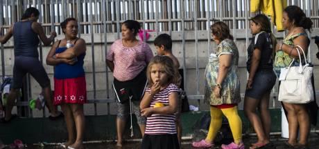 Schilden en wapenstokken voor militairen die vluchtelingen opwachten