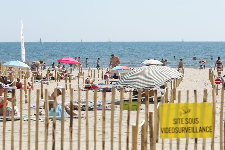 Op het strand van La Grande Motte in het zuiden van Frankrijk kwamen zonnekloppers uit de buurt - netjes van elkaar gescheiden door touwen - gisteren genieten van het mooie weer.