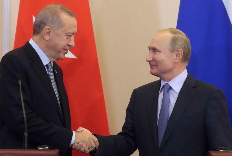 De Turkse president Erdogan (links) ontmoette dinsdag zij Russische ambtgenoot Poetin.  Beeld EPA