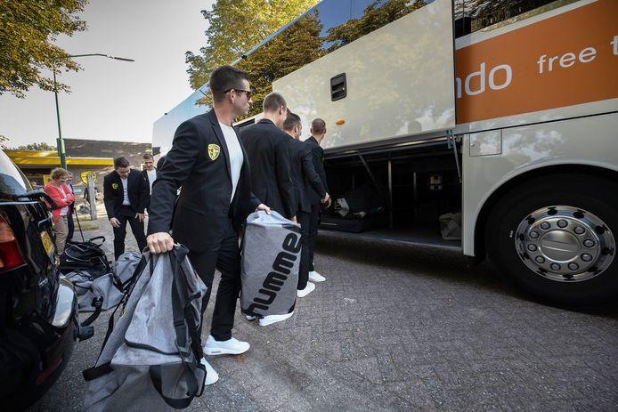 De spelers van RKSV Sterksel maken zich klaar voor de busreis naar Zeist.