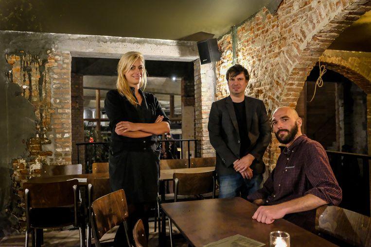 Uitbaters Hannah, Johan en Simon in de nieuwe zaak.