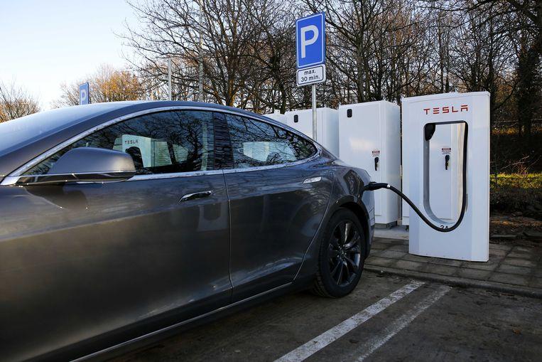 Een Tesla Model S. staat bij een supercharge oplaadpunt. Beeld anp