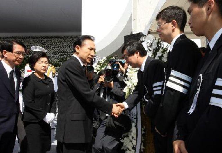 De Zuid-Koreaanse president Lee Myung-bak (3-L) en zijn vrouw Kim Yoon-ok (2-L) condoleren de familie van de overleden Zuid-Koreaanse ex-president Kim Dae-jung. ANP Beeld