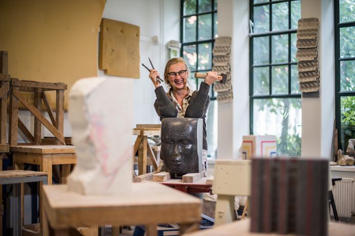 Liesbeth Crooijmans in haar atelier in Arnhem