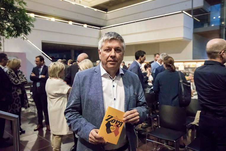 """Vlaams minister Jo Vandeurzen neemt afscheid van de politiek met boek """"Zorg voor elkaar"""". Het handelt over de zorg in al z'n aspecten. Tien jaar lang is hij minister van volksgezondheid, welzijn en gezin."""