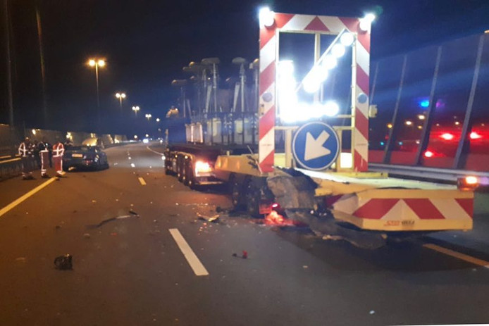 De pijlwagen raakte bij de aanrijding op de A12 bij Arnhem flink beschadigd.