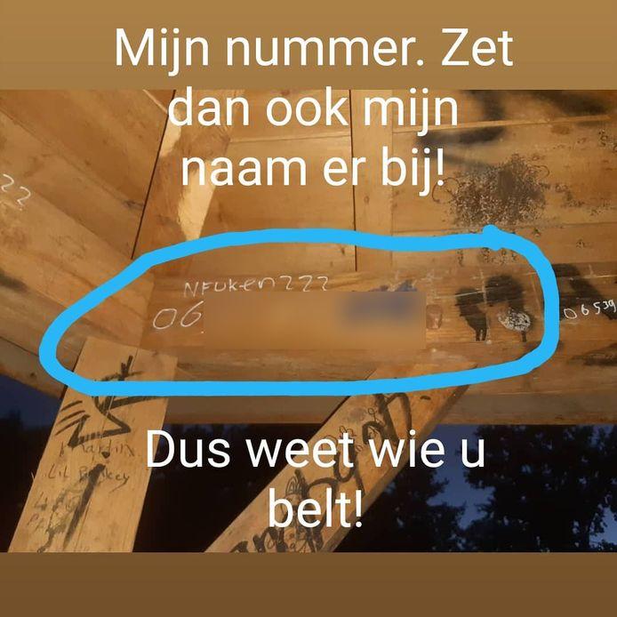 Het telefoonnummer van wijkagent Gerrit Langerak is in een jongeren ontmoetingsplaats in Kesteren gekerfd, met de vraag 'Neuken???'.