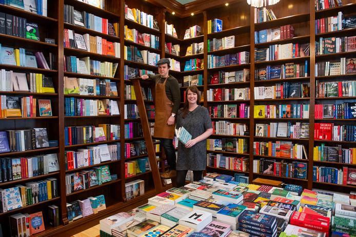 Richard en Jorien in hun nieuwe boekenwinkel.
