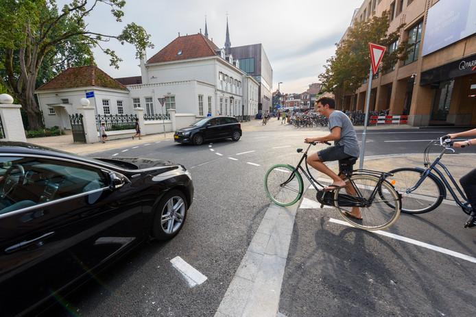 De nieuwe oversteek voor fietsers op de Ten Hagestraat in Eindhoven. De Fietsersbond en het Platform Gehandicaptenbeleid Eindhoven vinden de situatie hier gevaarlijk.