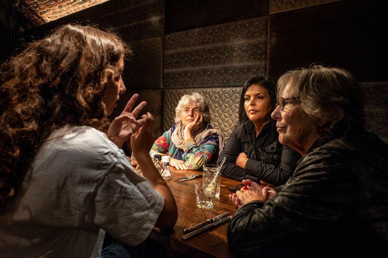 Dolle Mina's Nel Willekens (links) en Maria Boone (rechts) in gesprek met twee feministes van de huidige generatie, Devika Partiman (op de rug) en Saida Derrazi. Beeld Roos Pierson