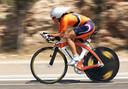 Leontien van Moorsel tijdens haar gouden tijdrit op de Olympische Spelen van 2000 in Sydney. Stuur en voorvork zijn ontworpen door Piet van der Velde.