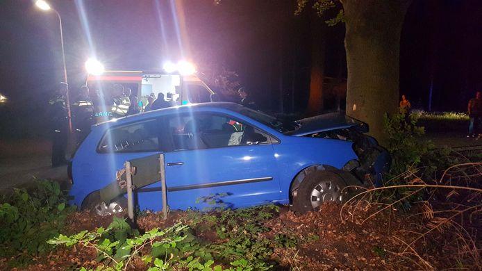 De auto botste tegen een boom.