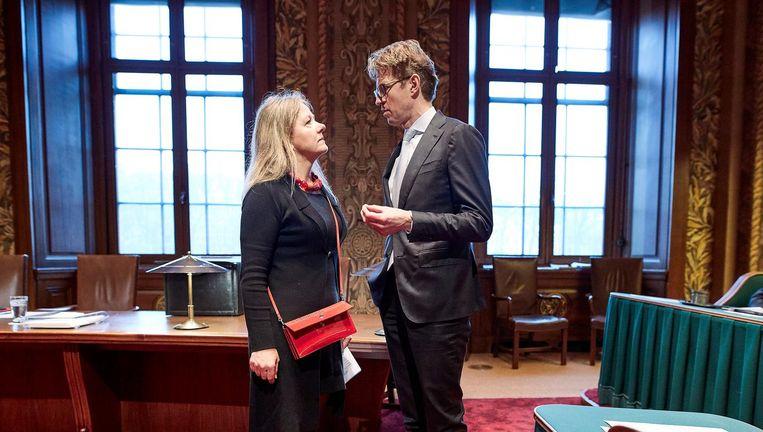 Senator Esther-Mirjam Sent (PvdA) in gesprek met staatssecretaris Sander Dekker van onderwijs, cultuur en wetenschappen, in de Eerste Kamer. Beeld Phil Nijhuis