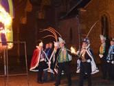 De hens gaat her en der in carnaval, terwijl de Kruiken zingen: 'Sebiet dan is ut mèèrge'