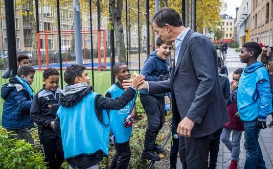 Even een 'boks' van de premier: dat is een goede onderbreking van de voetballes.