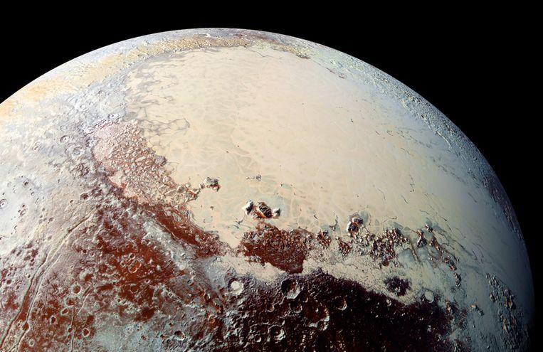 Pluto, zoals 'ie erbij hing toen ruimteschip New Horizons in 2015 op korte afstand passeerde en een foto schoot.  Beeld AFP