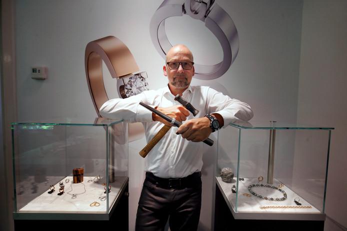 Chris Sommer in zijn atelier met zijn belangrijkste gereedschap.