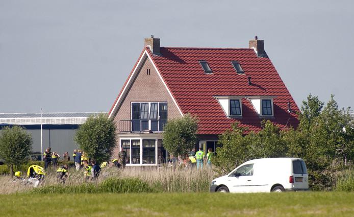 Hulpdiensten doen onderzoek bij de woning in Bitgum waar drie jaar geleden een Zwitserse straaljager neerstortte.