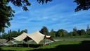 Geen aula met stoeltjes, maar een tent voor de afscheidsceremonie op het natuurdeel van begraafplaats Hofwijk in Rotterdam.