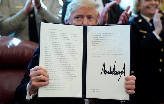 President Trump houdt duidelijke ondertekende veto op naar de pers.