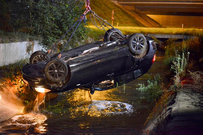 Auto op zijn kop in kanaal in Breda