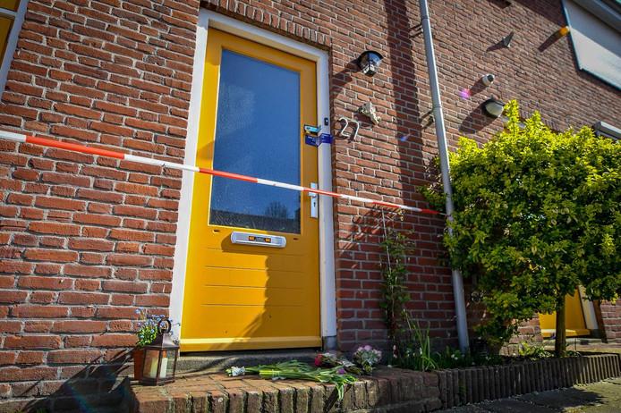 Voor het huis van de overleden vrouw in Bodegraven zijn bloemen neergelegd.