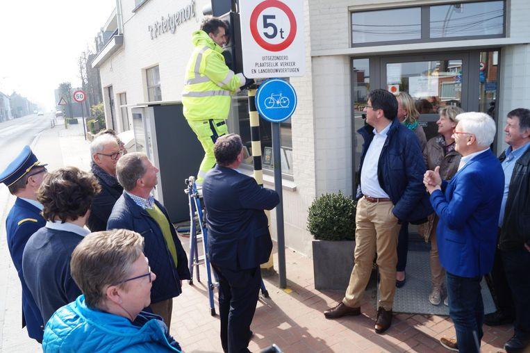 Met enige trots stelden gisteren zeven gemeentebesturen gezamenlijk de plaatsing van het eerste verkeersbord voor.